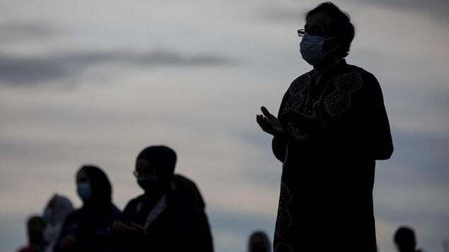 Des gens prient lors d'une veillée à la mémoire des quatre membres d'une famille musulmane tués à London.
