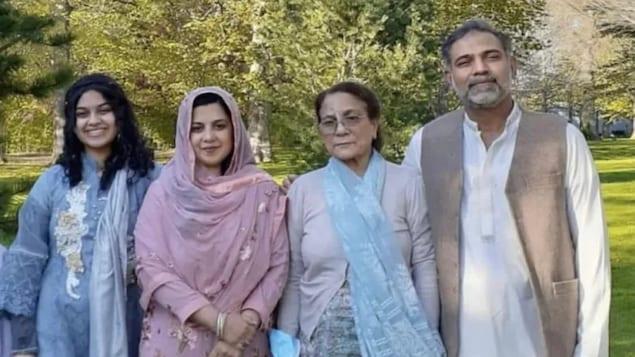 Foto de la familia Afazaal en el parque Yumna Afzaal, 15 años, a la izquierda, Madiha Salman, 44 años, en el centro a la izquierda, Talat Afzaal, 74 años.
