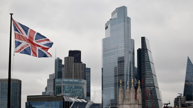 Un drapeau de l'Union flotte au vent près des immeubles de bureaux de la City de Londres.