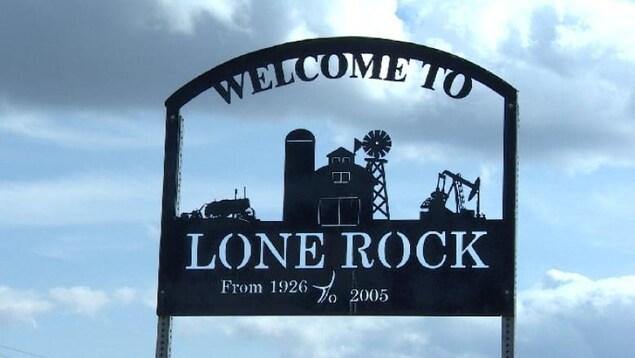 On lit en anglais sur un écriteau en métal : Bienvenue à Lone Rock, de 1926 à 2005.