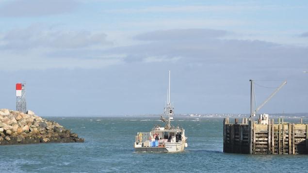Un bateau de pêche quitte le quai de Meteghan en Nouvelle-Écosse.