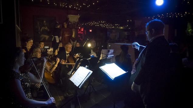 L'Orchestre de La traviata de l'opéra Mercury d'Edmonton au cabaret Chez Pierre