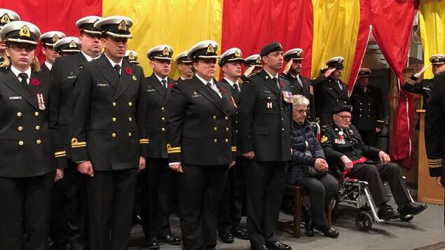 Des militaires lors d'une cérémonie du jour du Souvenir à Sept-Îles.
