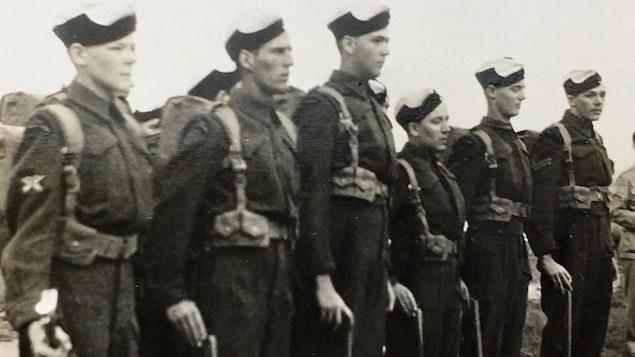 De nombreux militaires en entrainement.