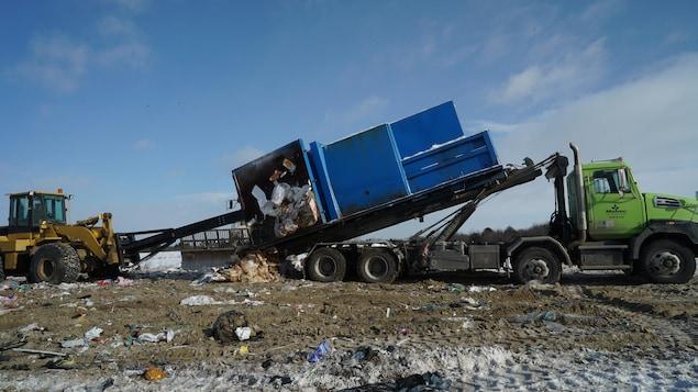 Un camion livre des déchets au dépotoir.
