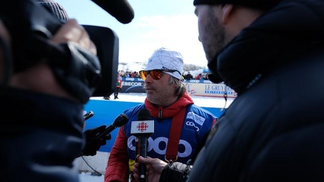 Louis Bouchard en entrevue après une course.