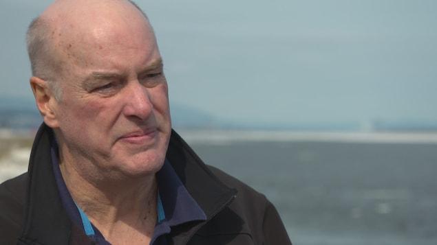 L'océanographe et biologiste Louis Fortier lors d'une entrevue sur le bord du fleuve Saint-Laurent