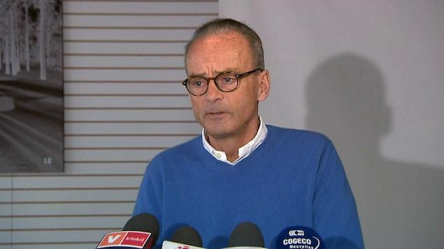 Louis Garneau en conférence de presse.