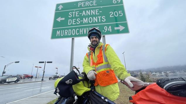 Le cycliste à un carrefour de routes dans la MRC Côte-de-Gaspé.