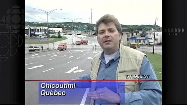 Louis Lemieux dehors près de la rivière Saguenay.