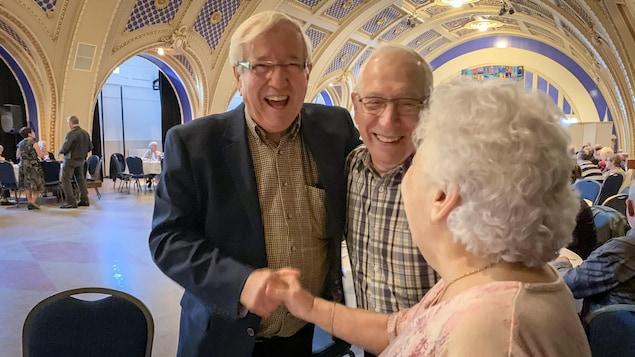Louis Plamondon avec deux électeurs au Centre des arts de Nicolet.
