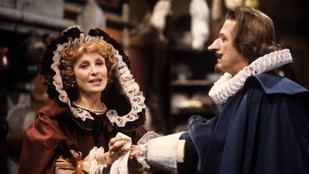 Louise Turcot donnant la réplique à Albert Millaire, dans leurs rôles de Roxane et de Cyrano de Bergerac (1984)