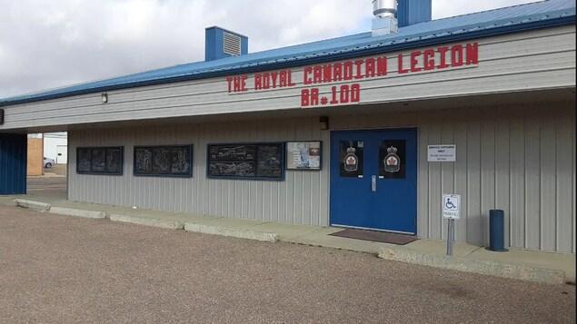 L'immeuble, vu de l'extérieur. C'est un large et court immeuble. Il est écrit Légion royale canadienne en anglais au- dessus de la porte.