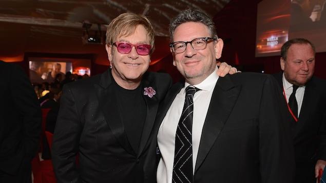 Elton John à gauche et Lucian Grainge à droite