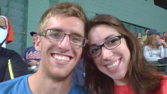 Un couple souriant se prend en auto-portrait