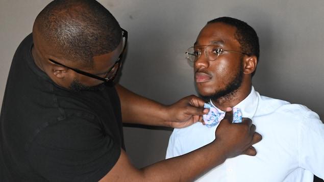Guylain Nkongolo ajuste le noeud papillon de Kenan Kamanga