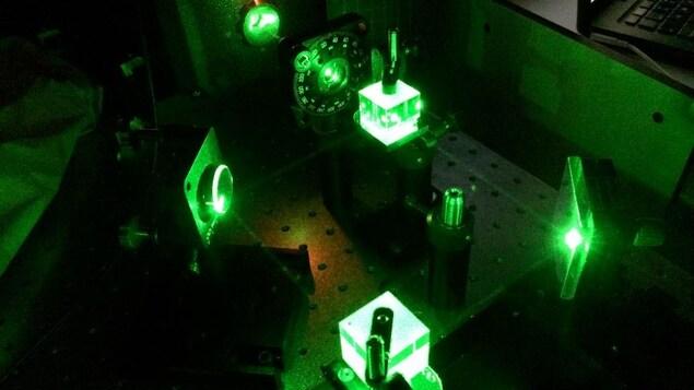 Une nouvelle plateforme permet à des faisceaux lumineux de communiquer entre eux à travers la matière solide,