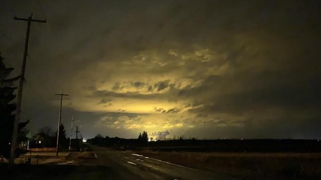 Les lumières des Serres Toundra éclairent le ciel.