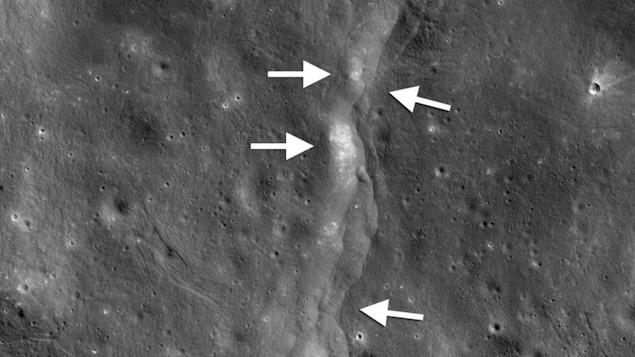 L'escarpement de la faille est comme un escalier dans le paysage lunaire (flèches blanches pointant vers la gauche) formé lorsque la croûte près de la surface est poussée, se brise et est poussée vers le haut quand la Lune se contracte.