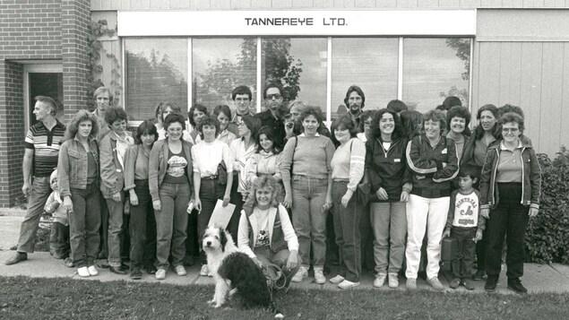 Un groupe de personnes sur une photo noir et blanc.