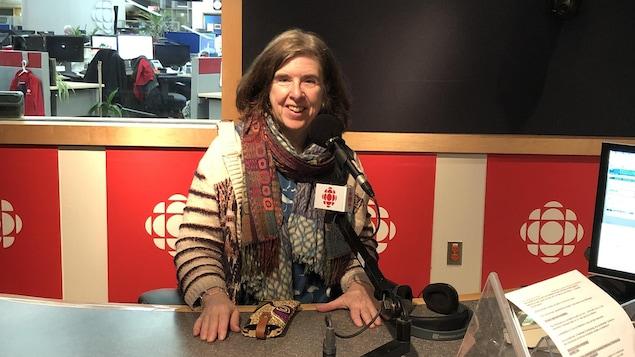 Lyne Gareau dans le studio de Radio-Canada.