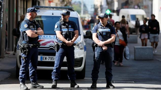 Des policiers patrouillent dans les rues de Lyon, alors qu'une chasse à l'homme est engagée pour retrouver un suspect  en lien avec un attentat au colis piégé au cœur de la ville.
