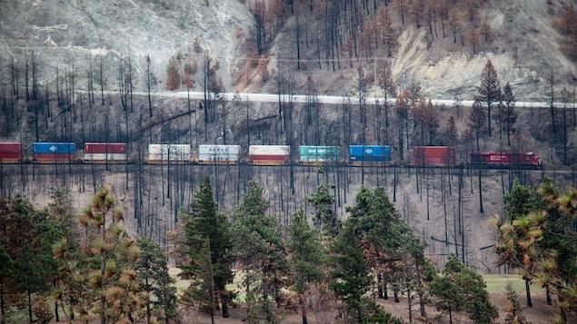 Un train traverse un pont ferroviaire à Lytton, en C.-B.
