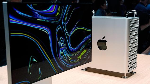 Un écran et une tour Mac Pro placés côte à côte sur une table.
