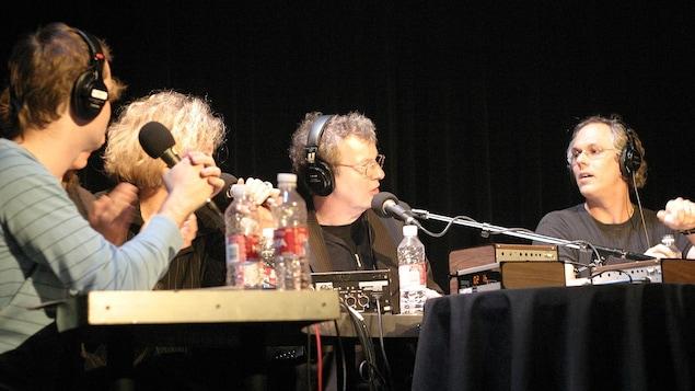 Sur le plateau de l'émission, les collaborateurs Stéphane Leclerc, Émilie Dubreuil, l'animateur Jacques C. Bertrand et le collaborateur Philippe Laguë.