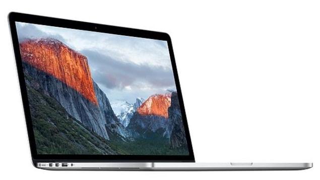 Une photo d'un ordinateur portable MacBook Pro sur un fond blanc.