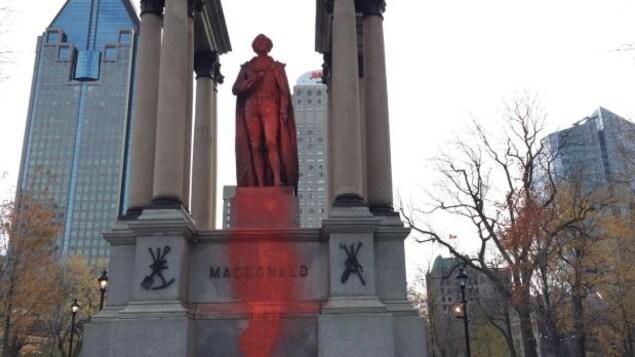 La statue de John A. Macdonald recouverte de peinture rouge