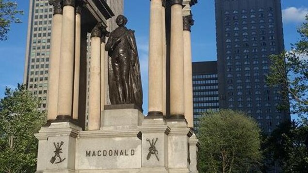 Une statue de Sir John A. Macdonald, à la place du Canada