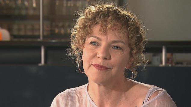 La comédienne Macha Limonchik assise au Théâtre d'Aujourd'hui, lors d'une entrevue avec le journaliste Louis-Philippe Ouimet.