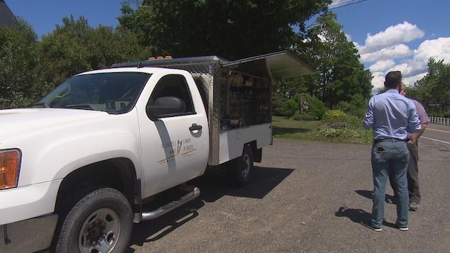 Un volet ouvert permet de voir le contenu d'un camion.