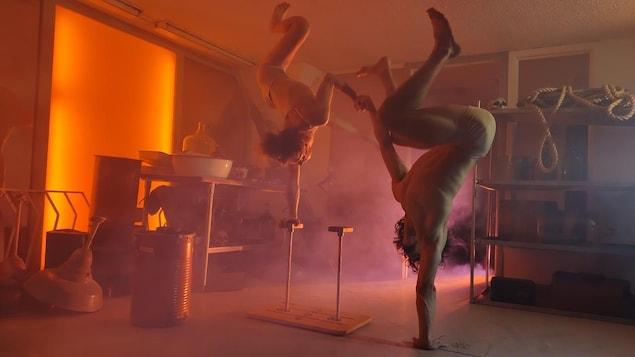 Deux artistes circassiens lors d'un spectacle.
