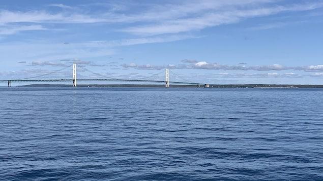 جسر فوق بحيرة هرون بين كندا والولايات المتّحدة.