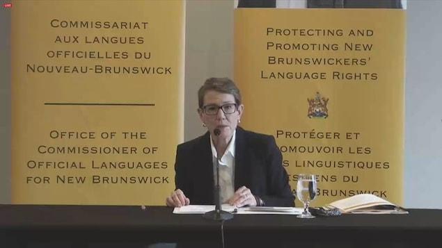 Shirley MacLean donne une conférence de presse.