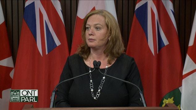 La ministre des Services à l'enfance, des collectivités et des Services sociaux, Lisa MacLeod en conférence de presse à Queen's Park