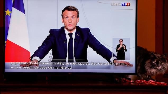 Le président français apparaît dans l'écran d'un téléviseur.