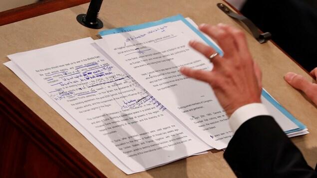 De l'écriture manuscrite est visible sur le texte du discours du président Macron.