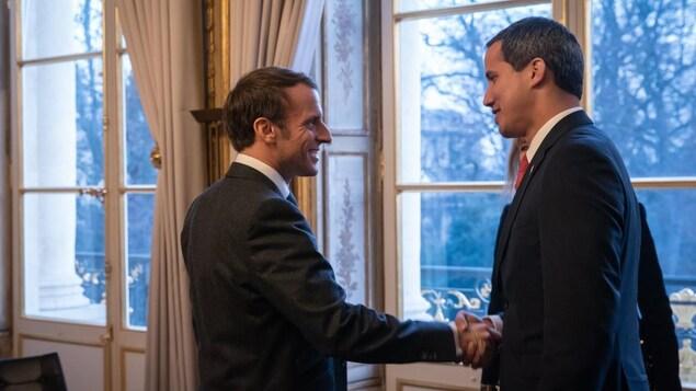 Emmanuel Macron et Juan Guaido se serrent la main