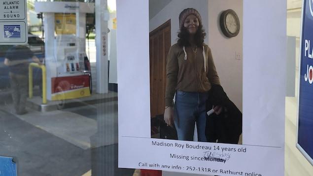 """Une photo avec l'inscription """"Missing Person"""" collée sur une porte de station-service le 21 mai 2021."""