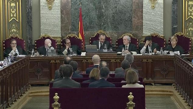 Des hommes et femmes assis devant des juristes.