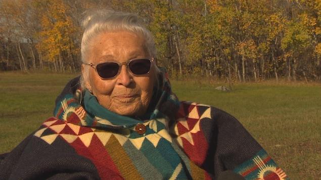 Mae Louise Campbell est dehors sur le terrain à Bélair, au Manitoba.