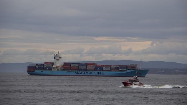 Le bateau-pilote Grandes Eaux de la Garde côtière à la recherche du membre d'équipage du Maersk Patras tombé à la mer.