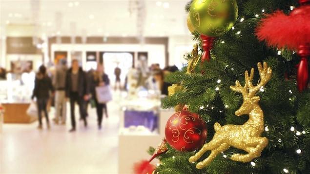Un arbre de Noël dans un magasin.