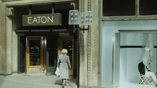Une femme dans le magasin Eaton de la rue Sainte-Catherine, à Montréal.