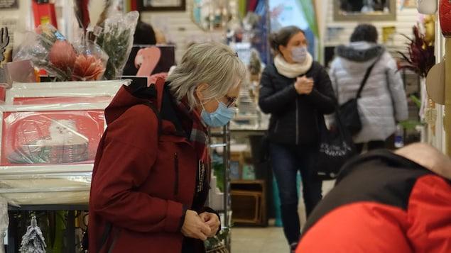 Des clientes dans un magasin.