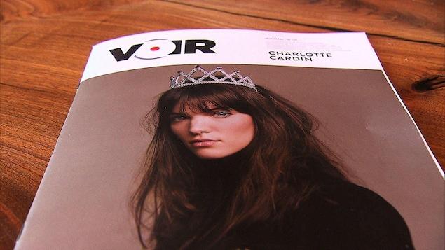 La couverture du magazine Voir sur une table.