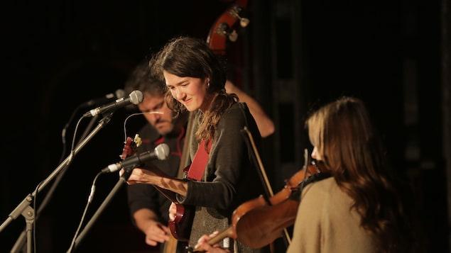 Maggie Savoie en spectacle avec ses musiciens.